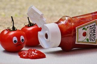 Perché i tubetti del ketchup hanno dei quadratini sul fondo, il motivo vi sorprenderà