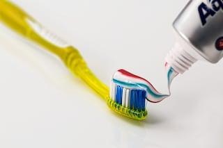 Strisce del dentifricio, a cosa servono e perché non si mischiano mai
