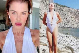 Alba Parietti col costume intero sgambatissimo: non resiste al trend dell'estate 2020