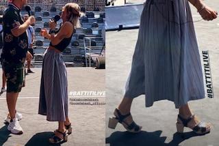 Alessandra Amoroso, sul palco con i tacchi ma alle prove indossa… gli zoccoli