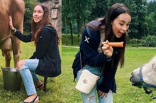 """Aurora Ramazzotti in campagna non rinuncia alla borsa firmata: """"La prossima volta sneaker e pile"""""""