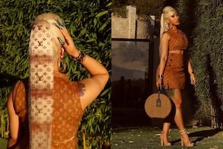 Cardi B veste griffata dalla testa ai piedi: si fa stampare il logo Louis Vuitton anche sulla coda
