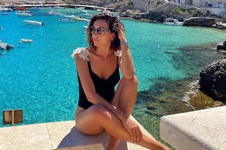 """Caterina Balivo lancia il costume più trendy dell'estate: può essere """"riciclato"""" anche per la sera"""
