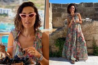 Caterina Balivo segue il trend estivo del maxi abito hippie (e non rinuncia agli occhiali da gatta)