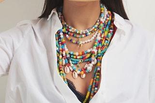 Il ritorno delle collane di perline colorate: i gioielli anni '90 sono il must-have dell'estate