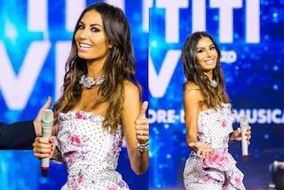 Elisabetta Gregoraci torna a Battiti Live, per la prima puntata sceglie l'abito a fiori e pois