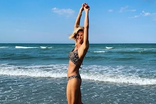 Martina Colombari, per la prima foto in bikini dell'estate 2020 segue il trend animalier