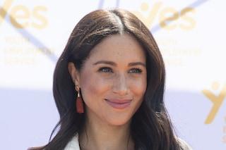 Meghan Markle, addio look da principessa: la sua estate è trendy con il maxi cappello di paglia