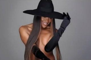 Naomi Campbell nuda con i capelli extra lisci: a 50 anni è più bella che mai