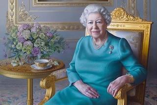 Elisabetta II, nel nuovo ritratto indossa perle e spilla preziosa ma nella tazza manca il tè
