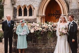 """Elisabetta II perfetta wedding planner: organizza le nozze """"sobrie"""" di Beatrice e sono un successo"""
