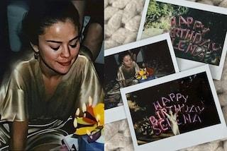 Selena Gomez splende in abito di seta: festeggia i 28 anni con le amiche tra palloncini e polaroid