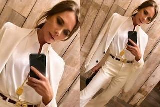 Victoria Beckham in versiona sposa: col tailleur bianco si prepara al 21esimo anniversario di nozze