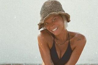 Alessandra Amoroso, compleanno (in famiglia) col bikini e il cappello di paglia