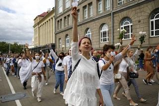 La protesta in bianco tutta al femminile: il vero volto della Bielorussia è quello di donna