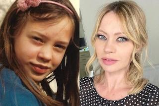 Anna Falchi da piccola con i capelli castani e il cerchietto: l'attrice è sempre stata bellissima