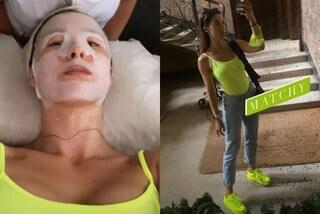 Aurora Ramazzotti torna dalle vacanze: fa la maschera viso e abbina il look fluo alla mascherina