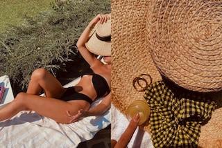 Cecilia Rodriguez, il segreto per l'abbronzatura perfetta è un kit con scrunchie e cappello di paglia