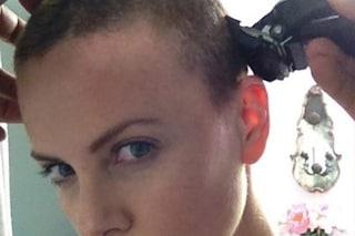 Charlize Theron rasa i capelli in un video: ricorda il taglio a zero di Mad Max per una buona causa