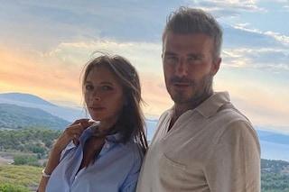 """David Beckham """"ruba"""" i trucchi a Victoria: non riesce a fare a meno di crema anti-age e bronzer"""