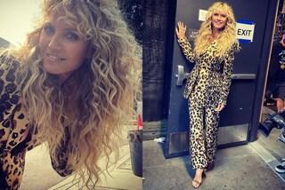 """Heidi Klum, il nuovo stile è """"selvaggio"""": abbina il completo total animalier ai capelli extra ricci"""