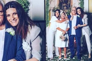 Laura Pausini, i 50 anni di nozze dei genitori in abito maschile: alla giacca aggiunge il maxi fiore