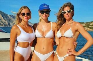 """Le sorelle Ferragni """"vanno in bianco"""": con i costumi coordinati sembrano gemelle"""