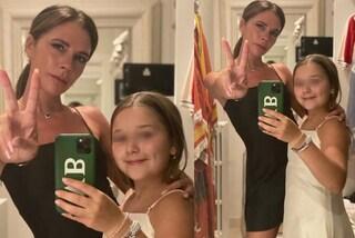 Harper Beckham diventa Baby Posh Spice: con il look coordinato a mamma Victoria è adorabile