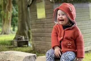 Eleanor, la bambina con la sindrome di Down diventa modella: a 2 anni è simbolo di inclusività