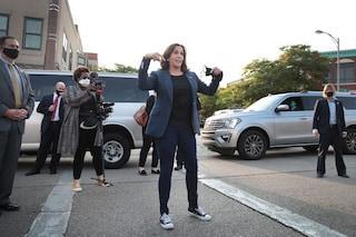 Addio tacchi e tubini: Kamala Harris, la candidata vicepresidente Usa, è libera con le sue Converse