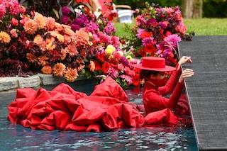 Coco Rocha in passerella al settimo mese di gravidanza: chiude la sfilata buttandosi in piscina