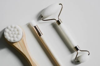 Dal rullo di giada al dermaroller: gli strumenti perfetti per massaggiare il viso