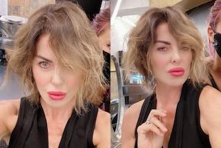 Alba Parietti si fa bionda: cambia taglio e colore di capelli per il ritorno al lavoro