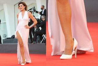 Venezia 77, arriva Alba Parietti in bianco col maxi spacco ma le scarpe sono troppo larghe
