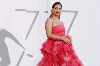Beatrice Valli a Venezia 2020: abito meringa sul red carpet e accessori griffati al Lido