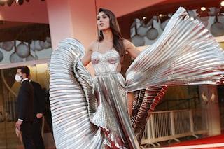 Venezia 77: Cecilia Rodriguez come una dea illumina il red carpet con l'abito oro