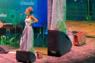 Elodie sul palco con la borsa: torna ai capelli corti e sfoggia un inedito stile hippie