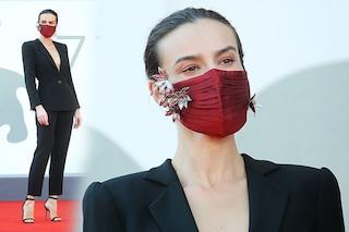 Venezia 77: Kasia Smutniak, la mascherina gioiello e l'eleganza che non ha bisogno di lustrini