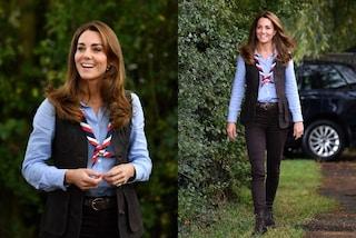 """Kate Middleton in versione boy-scout ma col dettaglio """"di lusso"""": solo il gilet costa oltre 500 euro"""