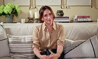Meghan Markle in tv con i pantaloni di pelle: l'abbinamento con la blusa è il look adatto a tutte