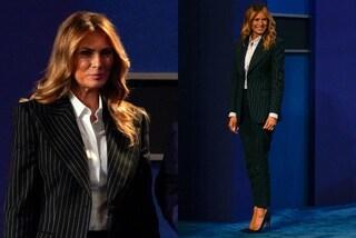 Melania Trump segue il trend del completo mannish: con lei il tailleur gessato diventa iper femminile