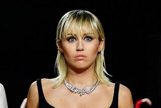 Miley Cyrus non è più vegana: la dieta stava mettendo a rischio la salute del suo cervello