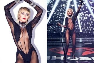 Miley Cyrus, la nuova svolta di stile: sul palco è rock con la sexy tuta trasparente e i diamanti
