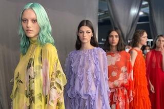 """Valentino, niente modelle in passerella: a Milano sfilano 66 donne """"normali"""" in jeans e scarpe basse"""