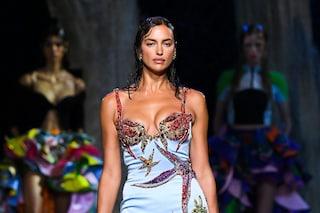 Versace sfila in una città sommersa: a seguire lo show in prima fila è lo staff della Maison