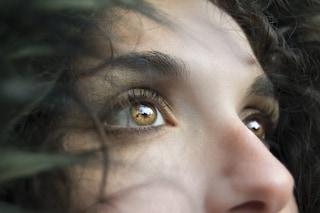Sai applicare la crema contorno occhi nel modo corretto? Ecco come fare