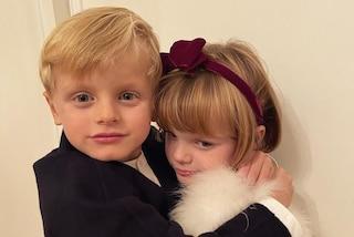 Jacques con la giacca, Gabriella è una diva in pelliccia: l'adorabile foto dei principini di Monaco