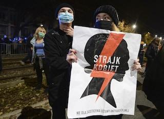 Ora in Polonia è quasi impossibile abortire: l'ennesimo diritto negato nel Paese che odia le donne