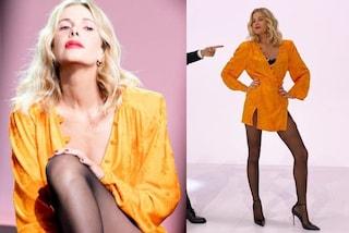 Alessia Marcuzzi torna a Le Iene: mini abito arancione e collant a contrasto per il debutto