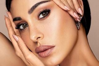 Belén Rodriguez lancia la sua prima linea di make-up: i prodotti nude esaltano la bellezza naturale